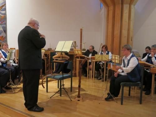 Horst Kortemeier dirigiert den Hausmusikkreis Linde