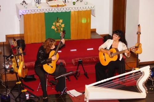 Überzeugten beim Konzert mit einer Vielzahl an Instrumenten: Hannelore Wieland (l) und Graciela Medina.