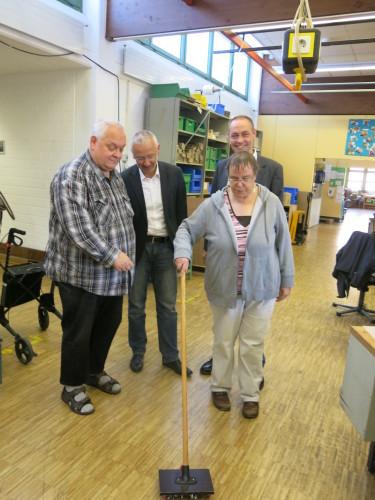 Foto, von links: Jürgen Hildebrandt, Markus Toepffer, Monika Ochmann und Dr. Bartolt Haase testen den Schraubenbesen