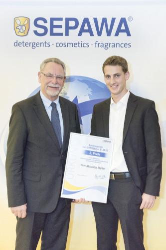 """In der Kategorie """"Bester Bachelorabschluss"""" erhielt Matthias Müller den mit 1.000 Euro dotierten zweiten Preis von dem Vorsitzenden der SEPAWA Professor Klaus-Peter Wittern."""