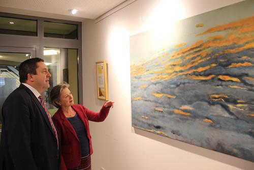 Beeindruckende Himmelslandschaft: Künstlerin Angelika Rabe erklärt Landrat Dr. Axel Lehmann ein Bild ihrer aktuellen Ausstellung im Detmolder Kreishaus