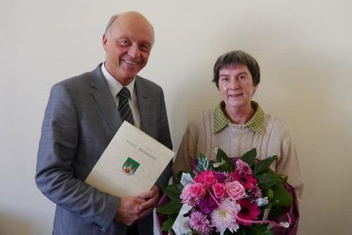 Bürgermeister Klaus Geise dankt Kornelia Sandrau für 25-jährige Tätigkeit bei der Stadt Blomberg.