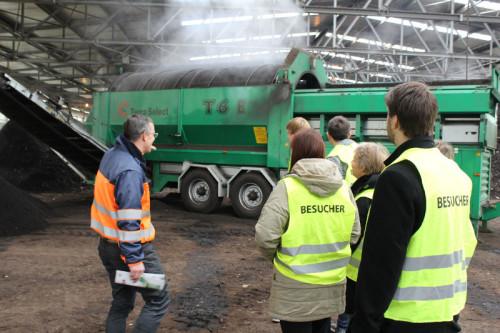 Green Day 2014: Axel Mayer von der Abfallbeseitigungs-GmbH Lippe erklärt Schülern die lippische Abfallverwertung auf dem Kompostwerk in Lemgo