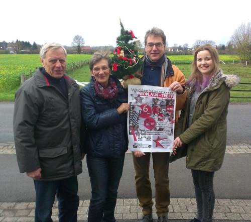 Auf dem Foto (von links): Fritz Mahlmann, Margret Gövert, Olaf Hanke und Benita Henning vom Bürgertreff-Team stellen das Plakat zum Nikolaustreff vor