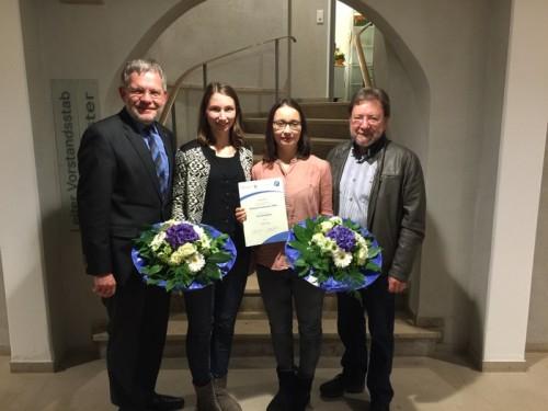 Foto: Bürgermeister Dr. Reiner Austermann und Hans Pawlowski vom Stadtsportverband gratulieren Tabea und Louisa Saamen zu der Anerkennung des Landesleistungsstützpunktes Kunstradfahren in Lieme.