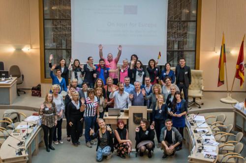 Die internationalen Teilnehmerinnen und Teilnehmer der Konferenz im Sitzungssaal des Rathauses von Kaunas