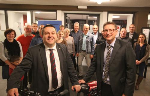 Mit dem Rad zur Arbeit: Landrat Dr. Axel Lehmann (vorne links) und AOK-Regionaldirektor Bernd Marchlowitz (vorne rechts) würdigten die beeindruckenden Leistungen der Teilnehmer, darunter auch einige Kreismitarbeiter.