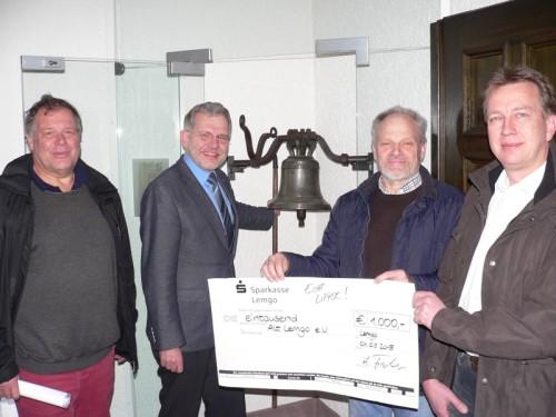 Foto von links: Udo Golabeck (Vorsitzender des Vereins Alt Lemgo e.V.), Bürgermeister Dr. Reiner Austermann, Herbert Fischer (Vorsitzender des TV Lemgo) und Thomas Haas (Stellvertr. Vorsitzender des TV Lemgo bei der Scheckübergabe zu Unterstützung des Projektes.