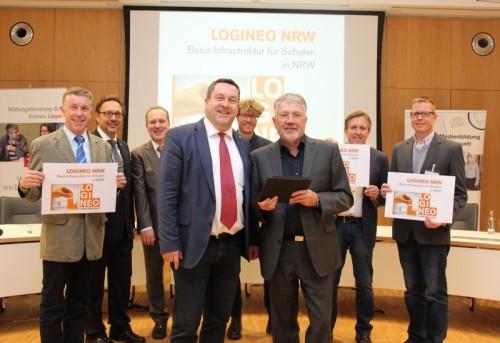 Digital und sicher unterwegs an Schulen: Landrat Dr. Axel Lehmann und Wolfgang Vaupel, Geschäftsführer der Medienberatung NRW (vorn) freuen sich über das große Interesse an der IT-Lösung LOGINEO NRW. Im Hintergrund: Hans-Werner Rüther (Schulaufsicht Kreis Lippe), Reinhold Harnisch (Geschäftsführer KRZ Lemgo), Dirk Kleemeier (KRZ Lemgo), Dirk Allhoff (Medienberatung NRW), Horst Tegeler, Ralf Große-Westerloh (von links).