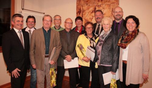 """Die Geehrten der CDU Barntrup mit Vorstand und Kreisvorsitzender: (v.li.) Jobst-Dieter Rodewald-Tölle (Stadtverbandsvorsitzender), Bernd Sölter (Vorstand), Rolf Giebel (40 Jahre), Gustav Matthies (40 Jahre), Wolfgang Hagemeier (40 Jahre), Birgit Tornau (Vorstand), Gunhild Schirmag (35 Jahre), Wilfried Düwel (Vorstand), Mefenda """"Fenna"""" Solle (35 Jahre), Christian Olschewski (Vorstand) und Kerstin Vieregge (CDU-Kreisvorsitzende)"""