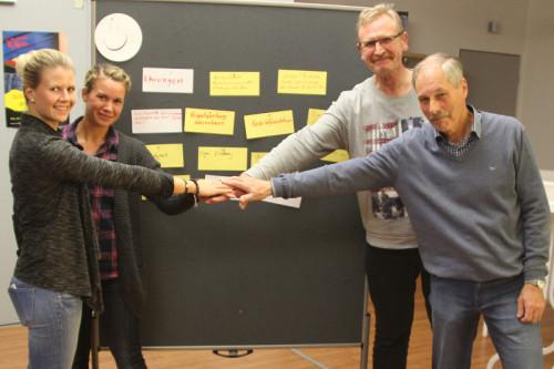 Gehen für den Fußballsport in Lippe Hand in Hand: Katharina Dette (Ehrenamtsbüro), Anika Rabe (Kreissportbund), Gottfried Dennebier (Vorsitzender Fußball- und Leichtathletikverband Westfalen), Günter Kmuche-Gabel (FLVW) (von links).