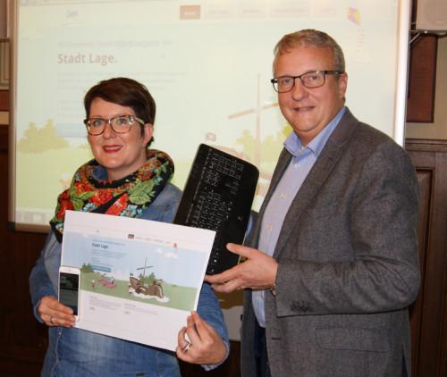 Katrin Winter und Fachgruppenleiter Dirk Pahmeier stellen den Kita-Navigator als neues Angebot der Fachgruppe Jugend der Stadt Lage vor
