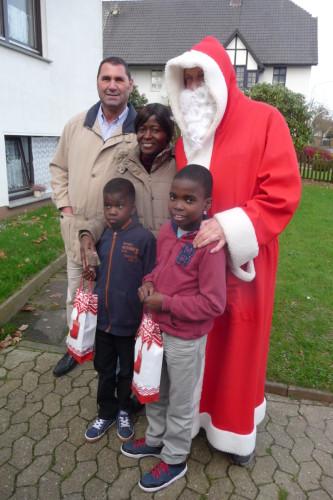 2015-12-06 Nikolaus beschenkt Flüchtlingskinder 027