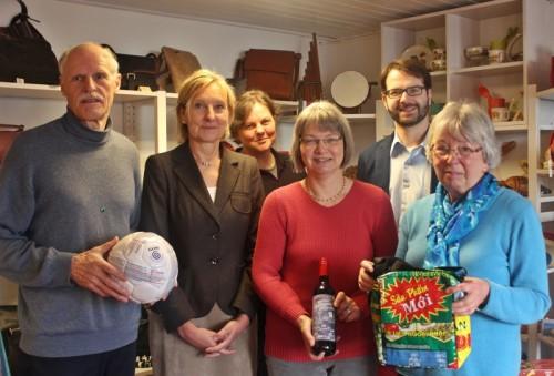 Gemeinsam für faire Weihnachten: Rainer Kluckhuhn, Dr. Ute Röder, Anja Szalatnay (Fachbereich Umwelt Kreis Lippe), Susanne Dilschmann, Benjamin Krentz, Emmie Rakowsky (von links).
