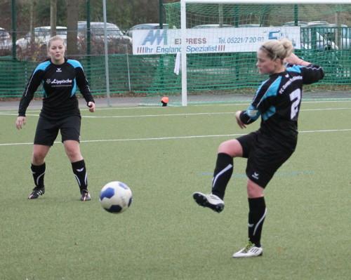 Die FC Defensive ließ nur einen Gegentreffer zu: hier Marina Niemeier (rechts) und Alina Seidlitz in ihrem letzten Spiel für den FC