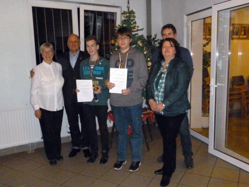 Zwei der erfolgreichen Jungschützen (Tim Falke und Philip-Marcel Papenmeier) sowie Lilo Czechowitz, König Dieter Pries, Thorsten Rempel und Königin Cilly Reuland (von links nach rechts)