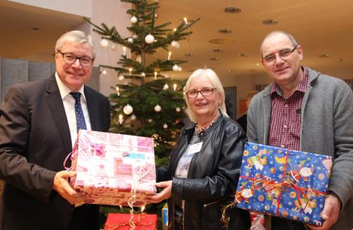 Machen Kindern in Lippe schon seit zehn Jahren regelmäßig eine Freude: Reinhard Hölscher, Brunhilde Schmelzer und Klaus Schnittger bei der diesjährigen vorweihnachtlichen Bescherung (von links)