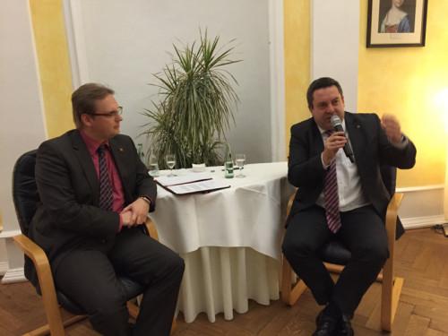 Ein ungewohntes Bild für eine politische Veranstaltung. Der Landtagsabgeordnete Dennis Maelzer (links) interviewt den Landrat Axel Lehmann