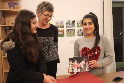 """Anastasia Yalcin (1.v.l.) und Lilyan At (3.v.l.) haben mit der Kamera ihren Stadtteil neu erkundet. Auch bei den erlebnispädagogischen Angeboten der Projektreihe """"Mach was draus"""" war die Fotokamera immer mit dabei. Die gesamte Projektreihe, die von der Diplompädagogin Ina Brand (Mitte) geleitet wurde, wurde jetzt mit einer Ausstellung im Kinder- und Jugendtreff Domizil vorgestellt."""