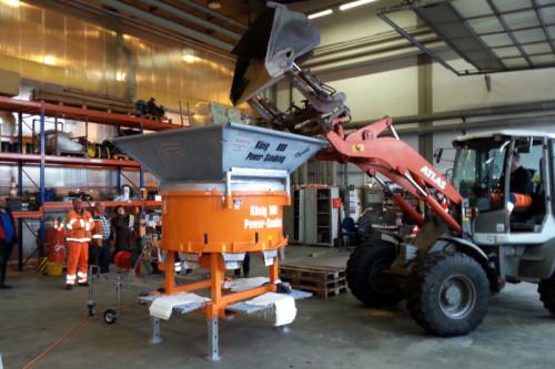 Auf dem Foto sehen Sie die neue Abfüllanlage beim ersten Testlauf auf dem Baubetriebshof der Stadt Detmold Foto: Stadt Detmold