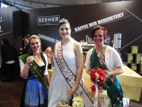 Man kennt sich: Die Königinnen aus Pfronten und Golmbach freuen sich gemeinsam mit der Nelkenkönigin auf den Königinnentag in Blomberg