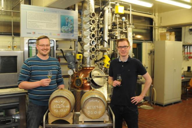 Christian Schulze und Lukas Fuchs freuen sich schon auf das Whisky-Tasting mit ihrem selbst hergestellten Whisky