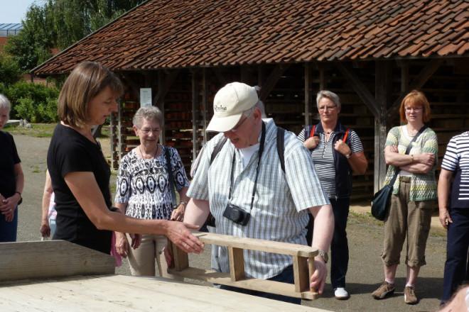 Museumsmitarbeiterin Astrid Weise erklärt, wie früher ein Handstrichziegel hergestellt wurde. Foto: LWL