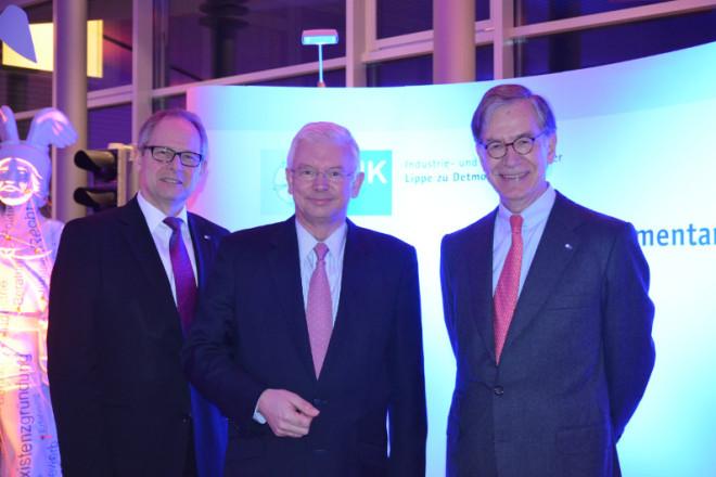 Roland Koch mit IHK-Präsident Ernst-Michael Hasse (r.) und IHK-Hauptgeschäftsführer Axel Martens Foto: IHK Lippe