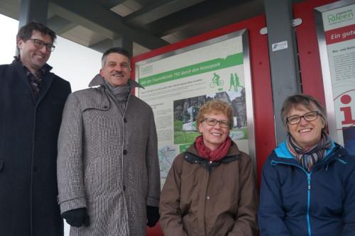 Freuen sich über die neuen Informationstafeln am Alleentor (von links): Achim Oberwöhrmeier (KVG), Bürgermeister Ulrich Knorr, Birgit Griese-Lödige (Naturpark) und Birgit Steffen-Waschek (Kreis Lippe).