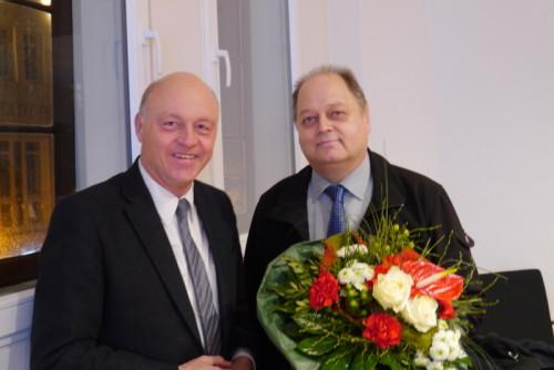 Bürgermeister Klaus Geise bedankt sich bei  Wilhelm Schnittcher für zehnjähriges Engagement  für den Blomberger Ortsteil Mossenberg-Wöhren