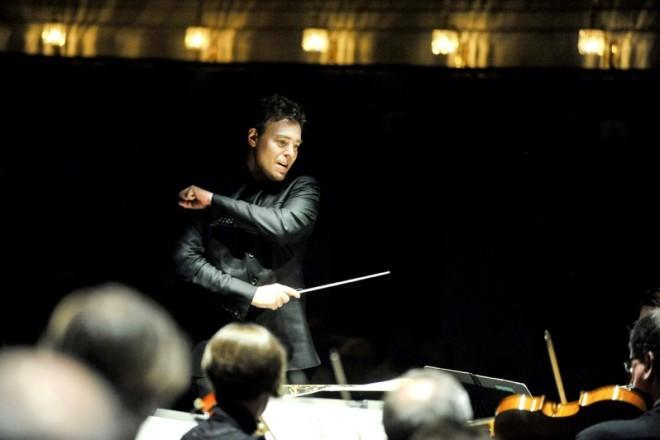 Chefdirigent Yves Abel steht am Pult des Landesorchesters NRW