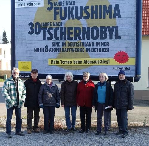Mitglieder_AK_Atomausstieg_vor_Grossplakat_Lehmbrink_30