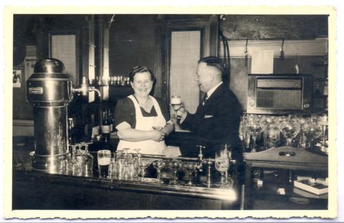 Die Eheleute Pepping in ihrer Gaststätte an der Friedrichstraße. Foto: Stadtarchiv Lage
