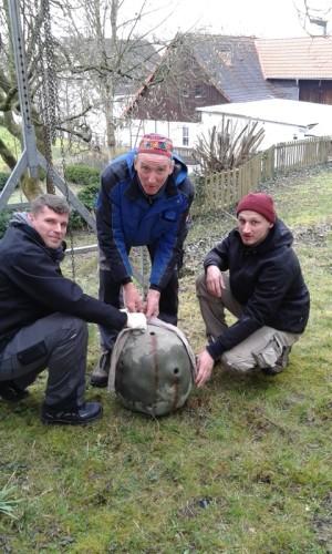 Aufbau des Skulpturenpfades mit Künstler Berthold Welter (Mitte) Christian Wendtland (links, Mitarbeiter Landesverband Lippe) und Lukas Köver (rechts, Aufbauhelfer)