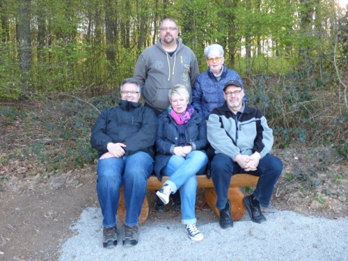 Sandra Dubbert und Falk Niehage (sitzend Mitte und Links) freuen sich das der Ortsverein ihrem Wunsch nachgekommen ist, und eine Sitzbank in Bega aufstellen lassen hat.