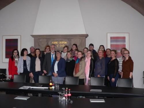 Die Gruppe um Inger Harlevi besichtigte zusammen mit Karl-Heinz Mense die Alte Ratsstube des Lemgoer Rathauses.