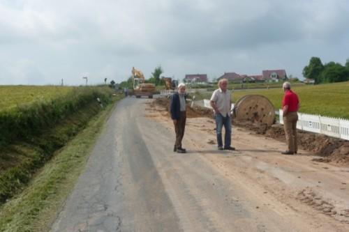 Auf dem Foto von links: Sie verschafften sich einen Überblick an der Baustelle der Vlother Straße zwischen Matorf und Kirchheide: Ratsmitglied Karl Horst Puchert, der Fraktionsvorsitzende der Bürger für Lemgo, Wolfgang Sieweke und das Mitglied im Verkehrs-Ausschuss, Ulrich Schraer.