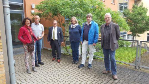 Schulleiter Herr Manfred Kreisel (Mitte) führt Cornelia Hauptfleisch, Moritz Ilemann, Ingrid Koch, Thomas Enzensberger und Jürgen Georgi (v.l.n.r.) durch das Berufskolleg