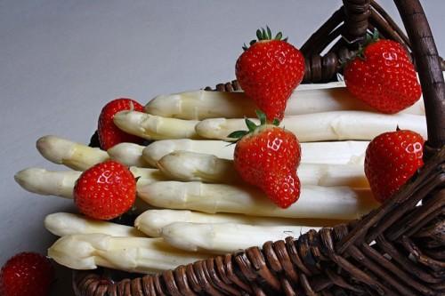 Spargel trifft Erdbeeren bei der nächsten Food Assembly im LWL-Ziegeleimuseum Lage.  Foto: pixelio.de / Lilo Kapp