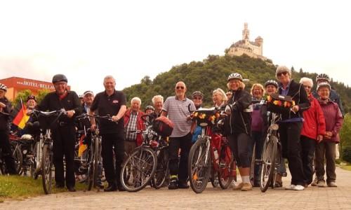 Das Photo zeigt einen Teil der Gruppe (unterwegs waren drei Gruppen mit über 100 Teilnehmern) in Braubach unterhalb der uneinnehmbaren Marksburg.