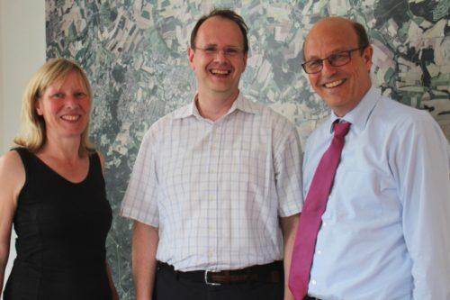 Auf dem Foto sehen Sie von links: die Detmolder Stadtarchivarin Dr. Bärbel Sunderbrink, den neuen Leiter des Landesarchivs Abteilung Ostwestfalen-Lippe Dr. Johannes Burkardt und Bürgermeister Rainer Heller.