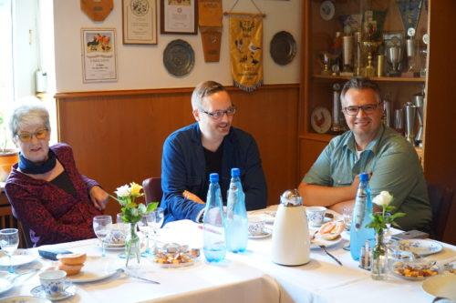 v.l. Barbara Gerber, Henning Welslau und Falk Niehage freuen sich über eine gelungene Veranstaltung in der Traditionsgaststätte Blattgerste in Dörentrup