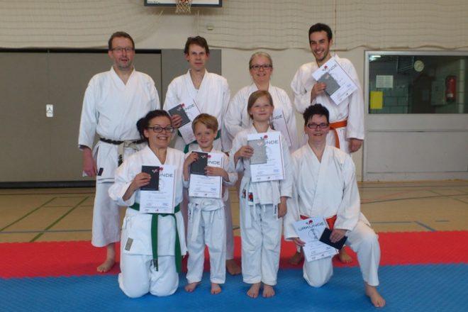 Das Foto zeigt die erfolgreichen Karateka mit Prüfer Achim Korf (h.l.).