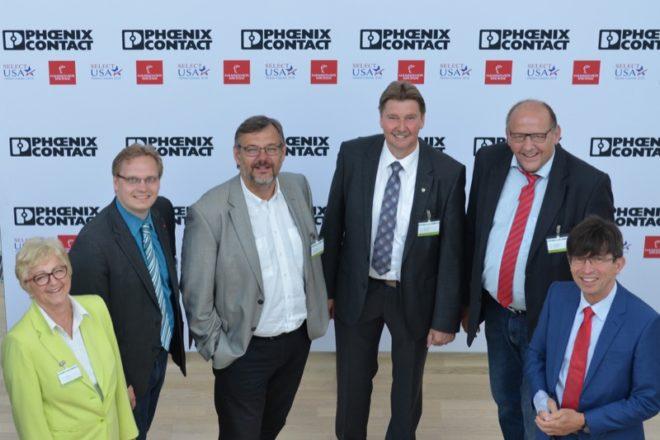 Foto (v.l.): Inge Howe (MdL), Dr. Dennis Maelzer (MdL), Georg Fortmeier (MdL), Jürgen Berghahn (MdL), Rainer Brinkmann (Geschäftsführer SPD-Kreisverband Lippe),  Prof. Dr. Gunther Olesch (Geschäftsführer für Personal, Informatik und Recht/Phoenix Contact)