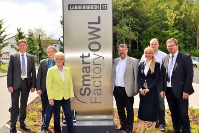 Foto (v.l.): Jürgen Berghahn (MdL), Dr. Dennis Maelzer (MdL), Inge Howe (MdL), Georg Fortmeier (MdL), Benedikt Lücke (Geschäftsstelle SmartFactoryOWL), Sybille Hilker (Geschäftsführerin CIIT), Professor Stefan Witte (Vizepräsident Hochschule OWL)