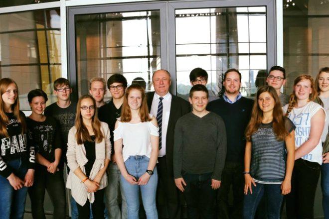 Gruppenfoto mit Heinrich Zertik  MdB (mitte) und der Besuchergruppe