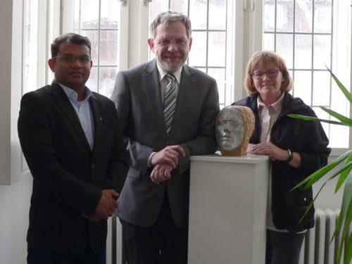 Foto von links : Pater Jaison, Bürgermeister Dr. Reiner Austermann und Beate Fasse
