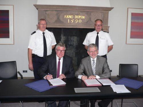 Foto (von links vorne): Geschäftsführer Reinhard Hölscher und Bürgermeister Dr. Reiner Austermann unterzeichnen die Absichtserklärung. Dahinter Rainer Danger und Klaus Wegener (Freiwillige Feuerwehr Lemgo)
