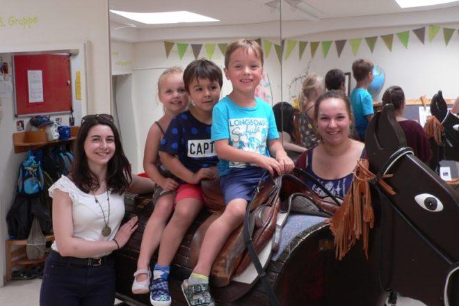 Marine Briey, auf den Holzpferd Jette, Elias und Diego sowie Gastschwester Luisa Zimmermann.