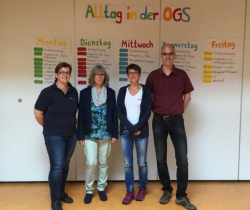 Gertrud Lehmann und Dr. Burkhard Pohl beim Ortstermin mit Schulleiterin Christine Beermann (2.v.r.) und OGS-Leiterin Ulrike Stiewe (links)